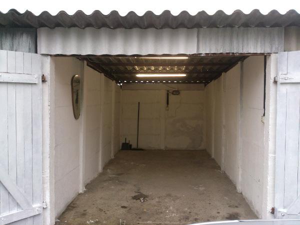 Innenansicht der Garage mit Beleuchtung
