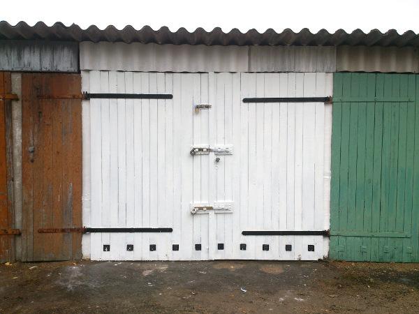 Vorderansicht der Garage mit Tor