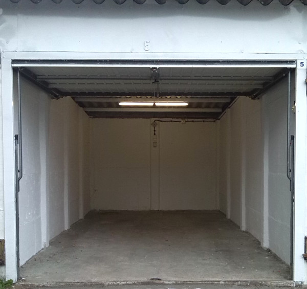 Vorderansicht der Garage mit offenem Tor