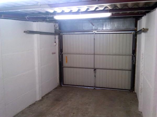 Innenansicht der Garage mit geschlossenem Tor