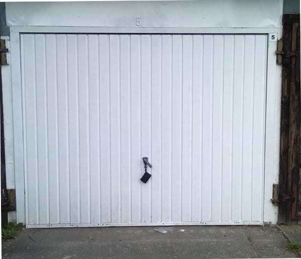 Vorderansicht der Garage mit geschlossenem Tor