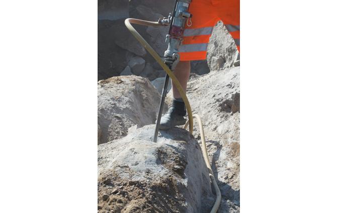 Wie wird ein Abbruchhammer mit Stickstoff befüllt?