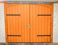 Garagentore aus Holz – Preise, Vorteile, Nachteile und Pflege